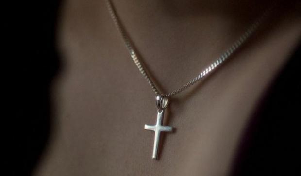 Ce se întâmplă dacă purtăm cruciuliță la gât? Adevărul despre acest  accesoriu pe care mulți aleg să-l poarte - Ortodoxia.me